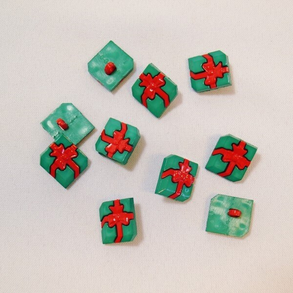 10 x 18mm Christmas Present Green Red Plastic Shank Back Festive Craft Buttons